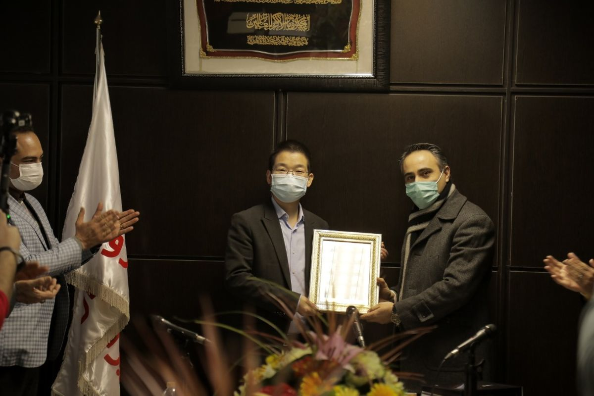 لوح سپاس شرکت بازرسی کیفیت و استاندارد ایران در دستان مدیرعامل شرکت مدیران خودرو