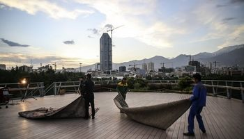مراسم افطار مردمی در پل طبیعت تهران +تصاویر