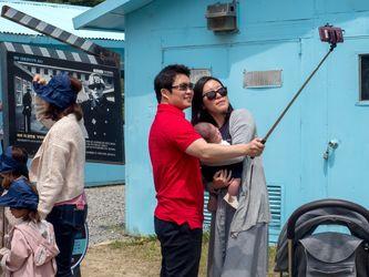 بازدید گردشگران از مرز میان دو کره