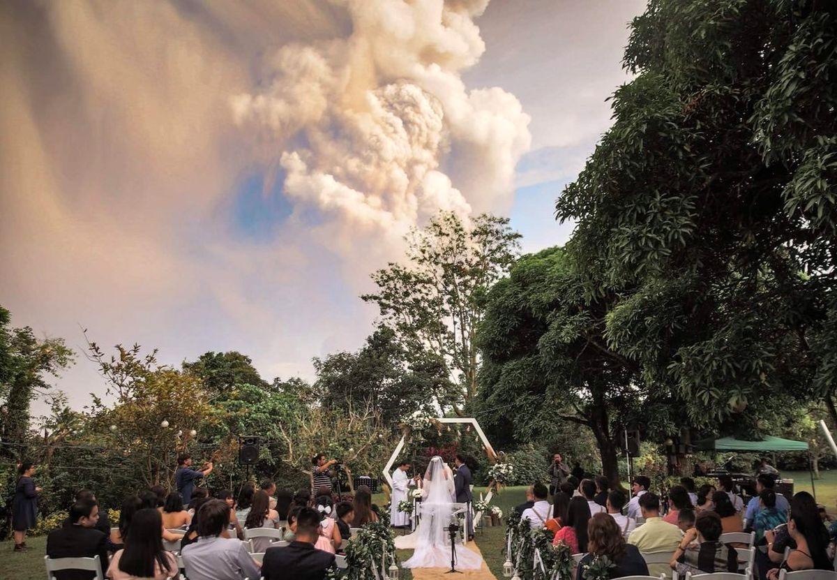 جشن عروسی زیر فوران مهیب آتشفشان! +تصاویر