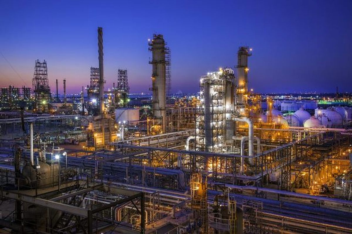 نفتی که دیگر طلای سیاه نیست/ ویروس میکروسکوپی درحال بلعیدن صنعت نفت