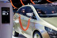 آسیب کرونا بر پیکر صنعت خودرو/ بازار برقیها داغ میشود