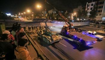 تریلری حامل تانک پل هوایی اتوبان را از جا کند! +تصاویر