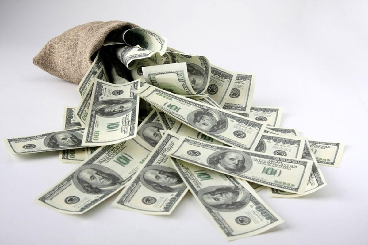 فاصله ۲۰۰۰تومانی نرخ خرید و فروش ارز در صرافیهای بانکی/ هدایت مردم به فروش ارز در بازار سیاه