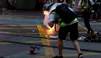 برخورد تصادفی کوکتل مولوتف معترضان به یک روزنامهنگار +فیلم