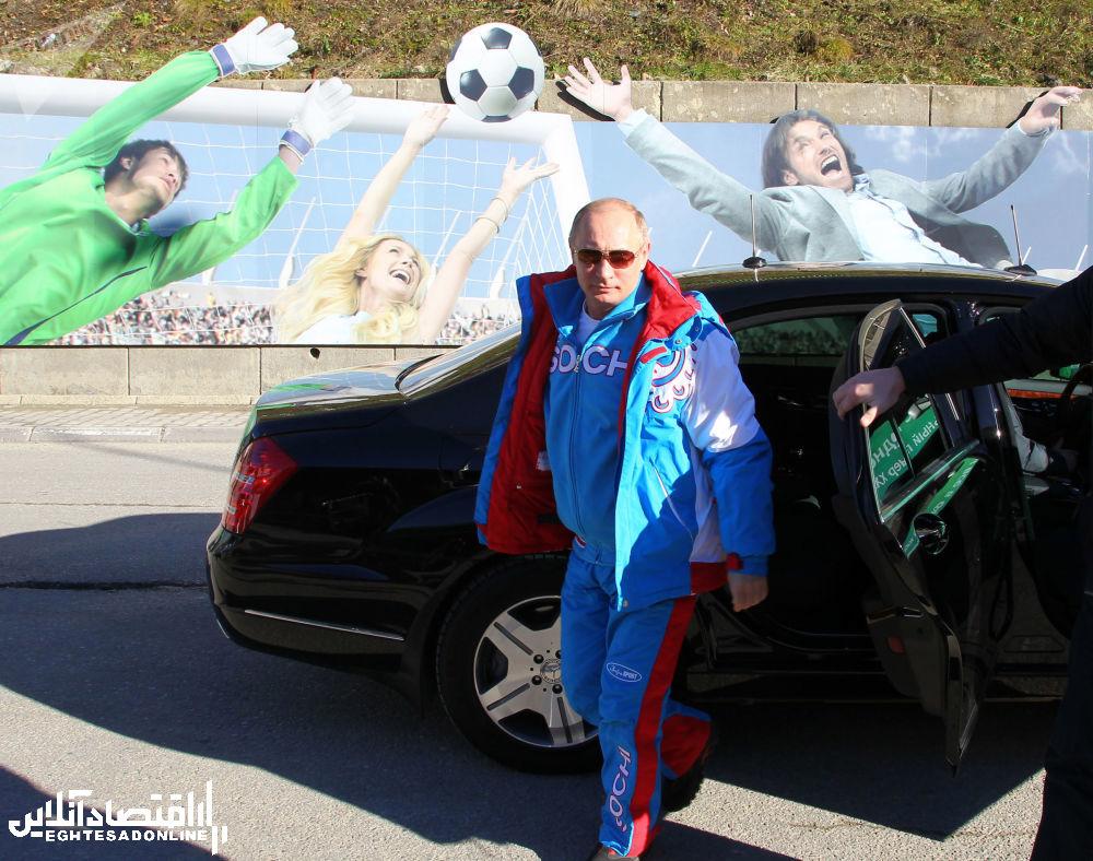 ولادیمیر پوتین، رئیس جمهور روسیه در حال پیاده شدن از از خودرو در سوچی