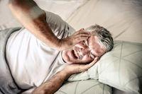 چرا سالمندان شبها سختتر میخوابند؟