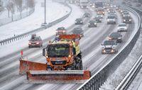 آماده باش راهداران در برف و کولاک جادهها
