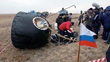 سه فضانورد و یک توپ فوتبال در قزاقستان فرود آمدند