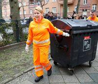 جمع آوری زباله توسط خانم وزیر! +تصاویر