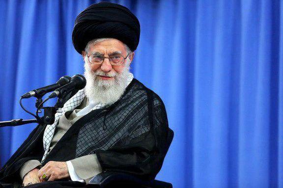 عکس منتشرنشده از رهبر انقلاب بر سر مزار طیب حاج رضایی