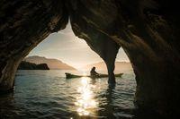 قایقرانی در غارهای سنگ مرمر در عکس روز نشنال جئوگرافیک