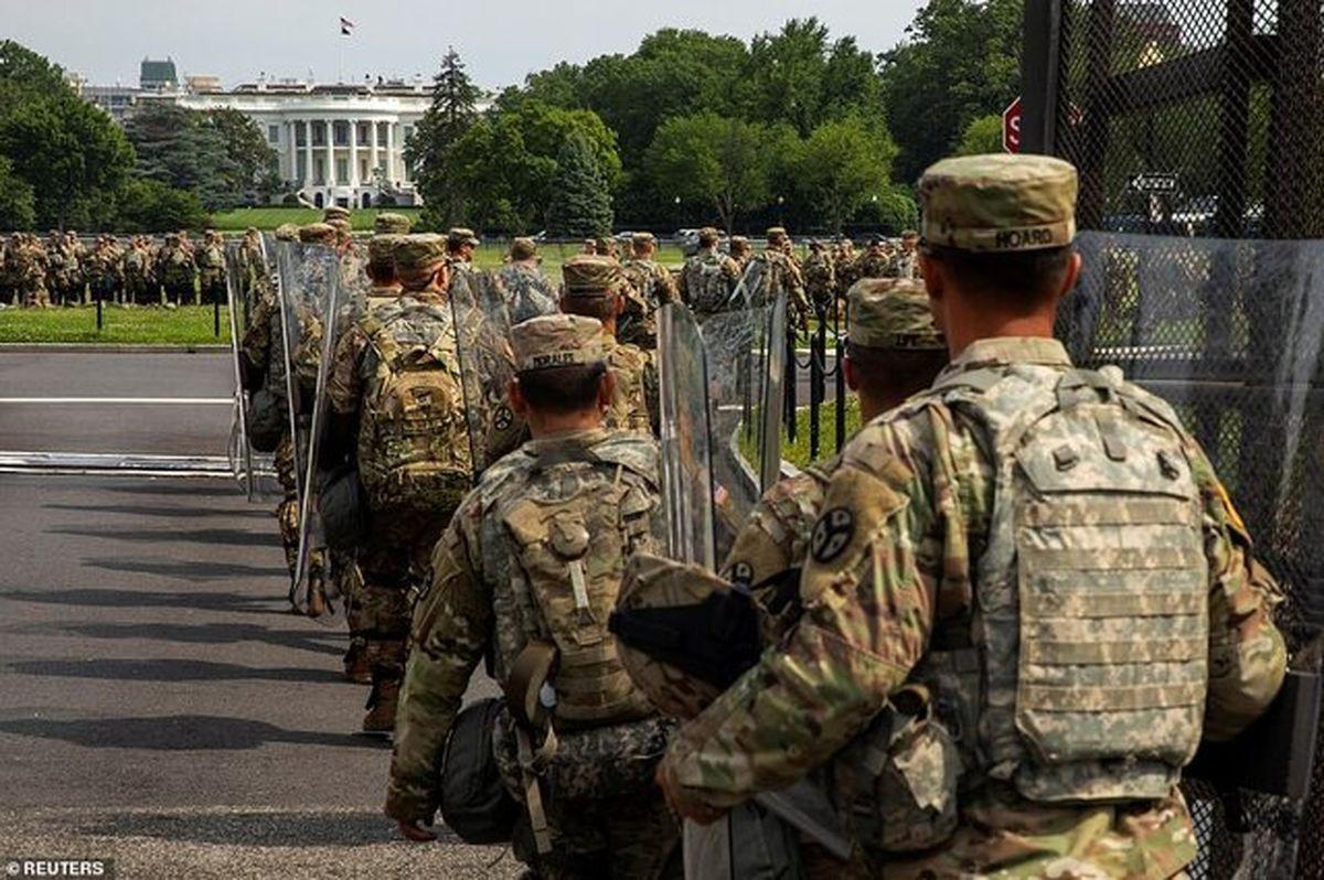 """تظاهرات بزرگ آمریکا مقابل """"قلعه"""" کاخ سفید"""