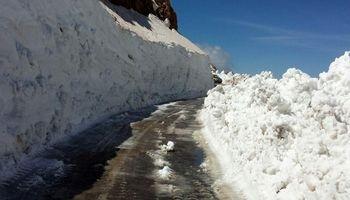 برف 6 متری در دومین ماه بهار +فیلم