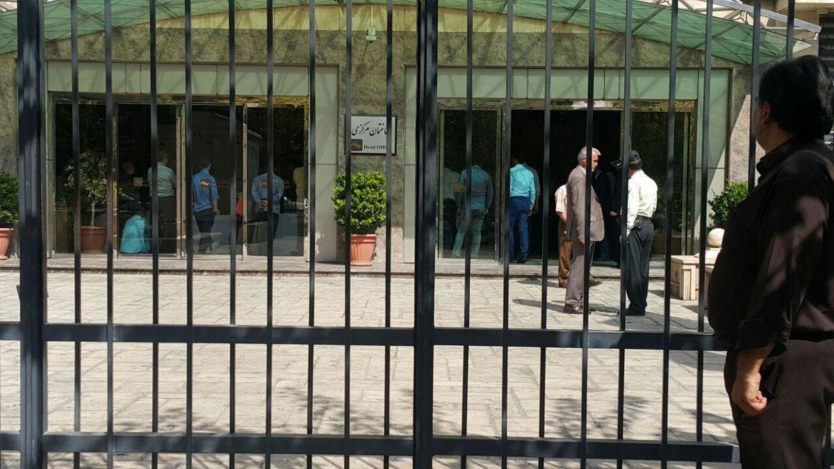"""تجمع سپردهگذارای """"افضل توس"""" در شعبه مرکزی """"بانک آینده"""" +عکس"""