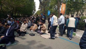 رئیسی در میان نمازگزاران تهرانی +عکس