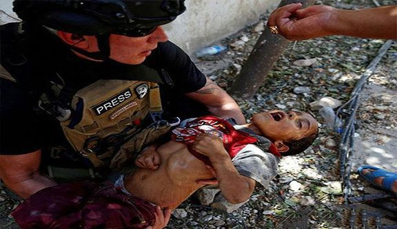 نجات کودک زنده میان اجساد از چنگ داعش +عکس