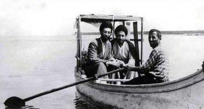 تصویری ویژه از رهبر انقلاب سوار بر قایق +عکس