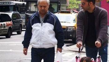 پیاده روی پیمان معادی با پدرش در خیابان +عکس