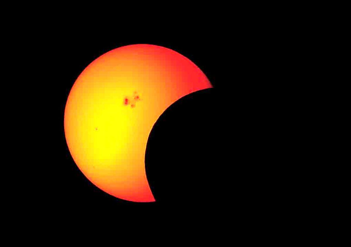 شعبده ماه خورشید و زمین در آسمان صبح فردا