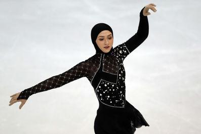 زن باحجاب در پاتیناژ