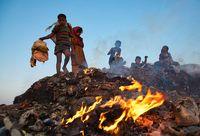 زندگی بدبختانه کودکان در میان زبالههای آتشین +عکس