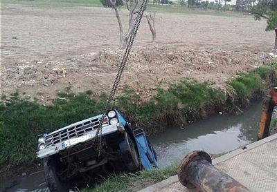 سقوط نیسانوانت به همراه راننده داخل کانال آب +تصاویر