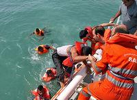 فیلمی از لحظه غرق شدن لنج باری حوالی لاوان و نجات سرنشینان +فیلم