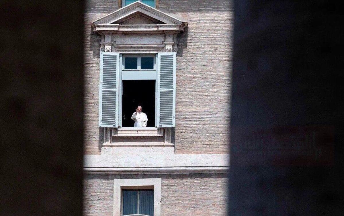 سلامِ پاپ فرانسیس از پنجره کاخ آپوستولیک به خیابانهای خالی +عکس