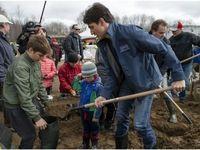 نخستوزیر کانادا در حال کمک به سیلزدگان کشورش +عکس