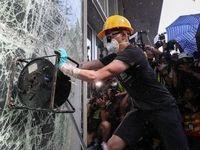 حمله معترضان در هنگکنگ به ساختمان پارلمان +فیلم