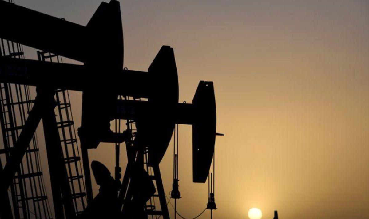 سقوط قیمت نفت به دنبال افزایش غیرمنتظره ذخایر سوخت آمریکا/ رشد اقتصادی چه تاثیری بر بازار نفت خواهد داشت؟