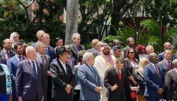 چپ چپ نگاه کردن سفیر عربستان به ظریف! +عکس