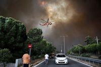 تلاش هلیکوپتر آتشنشانی برای اطفای حریق در یونان +عکس