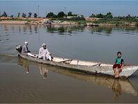 تردد خطرناک اهالی روستاهای عنافچه با قایق-اهواز +تصاویر