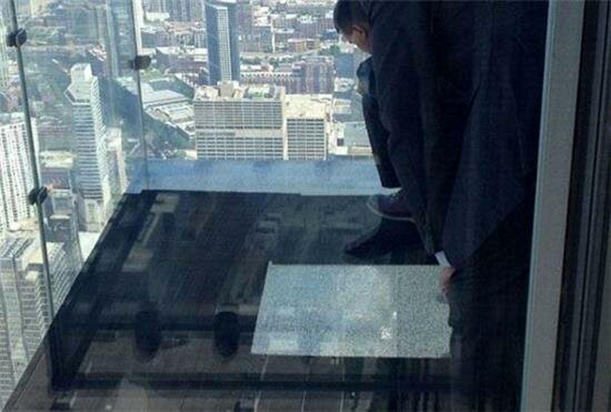 ترک خوردن بالکن برج شیشهای زیر پای بازدیدکنندگان +عکس