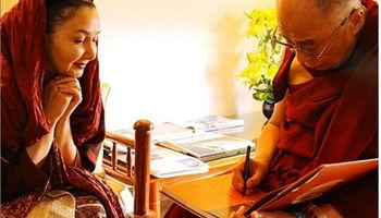 خانم بازیگر در کنار رهبر بوداییان جهان +تصاویر