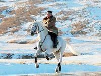رهبر کره شمالی با اسب سفید در کوه مقدس! +فیلم