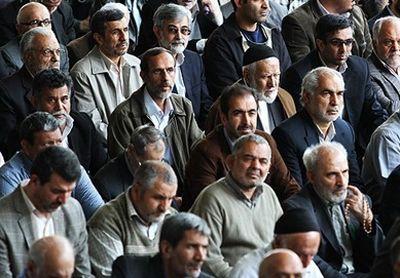 احمدینژاد و الهام درجمع نمازگزاران +تصاویر